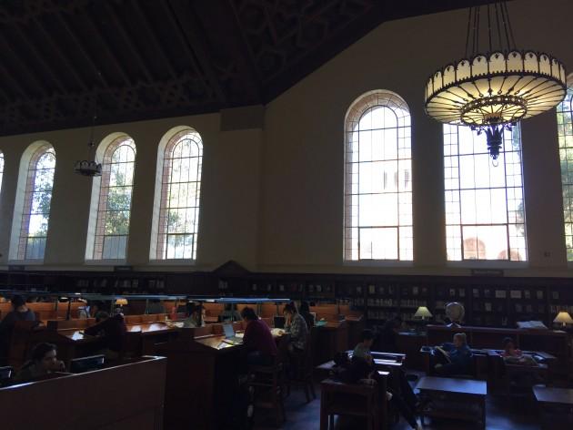 미국 로스앤젤레스 캘리포니아대(UCLA)의 중앙도서관이라고 할 수 있는 파월도서관. 하버드대를 배경으로영화